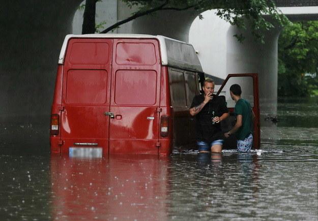Jeden z zalanych samochodów w Warszawie /P. Supernak /PAP