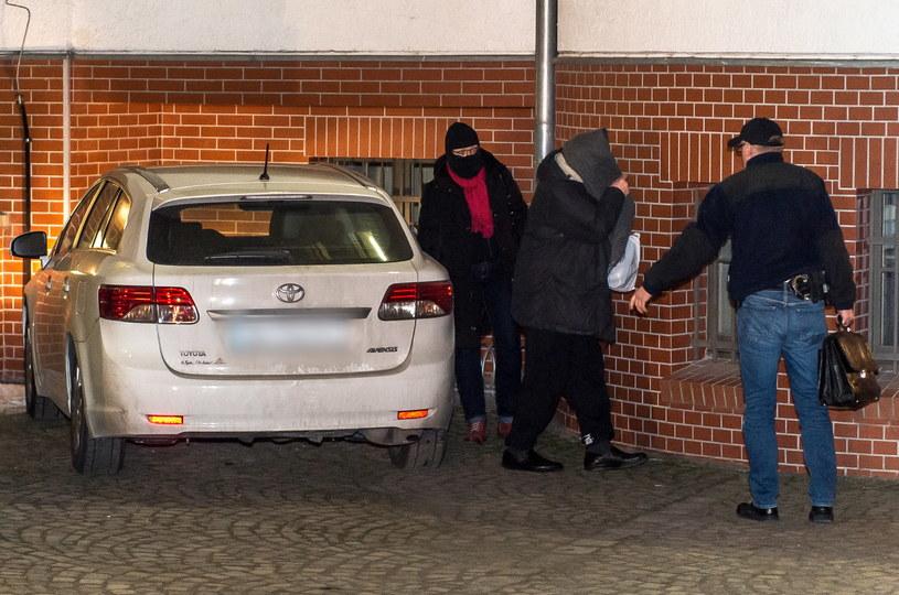 Jeden z zatrzymanych (2P) w śledztwie dot. reprywatyzacji, doprowadzony do Prokuratury Regionalnej we Wrocławiu /Maciej Kulczyński   (PAP) /PAP