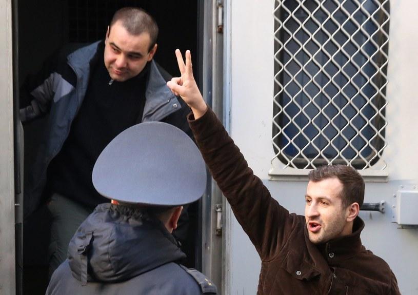 Jeden z zatrzymanych w drodze na proces /TATYANA ZENKOVICH  /PAP/EPA
