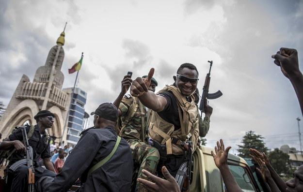 Jeden z żołnierzy po puczu w Bamako /H.DIAKITE /PAP/EPA