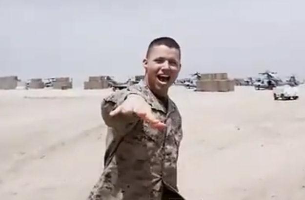 Jeden z żołnierzy w nowej wersji przeboju Britney Spears /