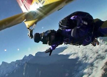 Jeden ze skoczków grupy wyskakuje z samolotu tuż nad Mount Everestem, 4 października 2008 /AFP