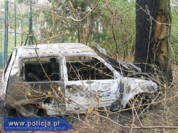 Jeden ze spalonych samochodów /