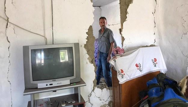 Jeden ze zniszczonych domów /AA/ABACA /PAP/EPA