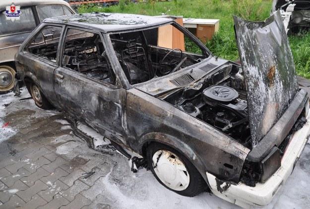 Jeden ze zniszczonych samochodów /Policja