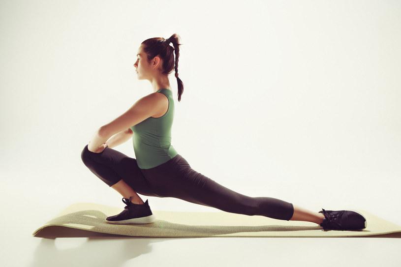 Jedną nogę zegnij w kolanie, drugą wyprostuj i wyciągnij do tyłu /123RF/PICSEL