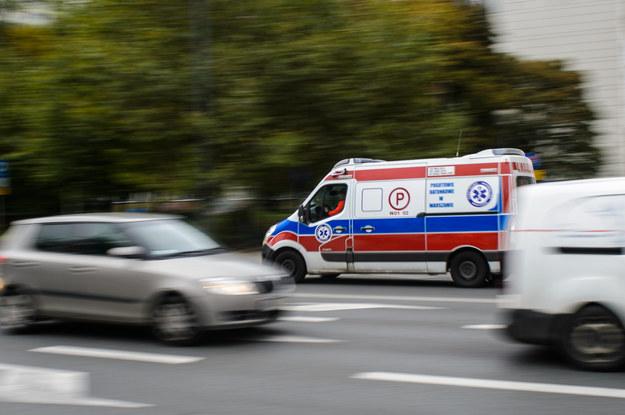 Jedna osoba nie żyje po zderzeniu karetki z peugeotem /Zbyszek Kaczmarek /Reporter