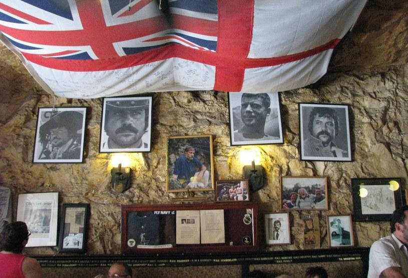 """Jedna ściana w """"The Pub"""" poświęcona jest Oliverowi Reedowi. Zwykle przesiadują tu marynarze z pobliskiego portu /S. Zagórski /archiwum prywatne"""