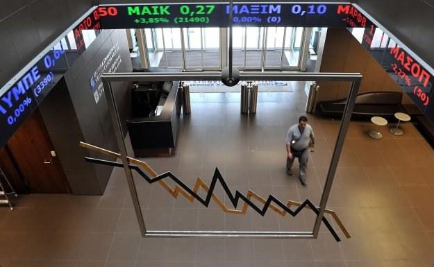 Jedna z agencji ratingowych obniżyła status greckich obligacji państwowych do poziomu śmieciowego /AFP