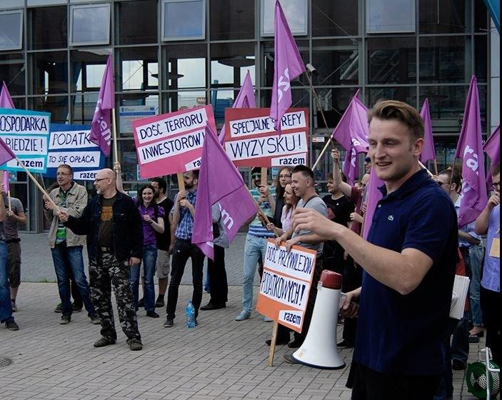 Jedna z akcji działaczy partii Razem; zdj. arch. z czerwca /facebook.com