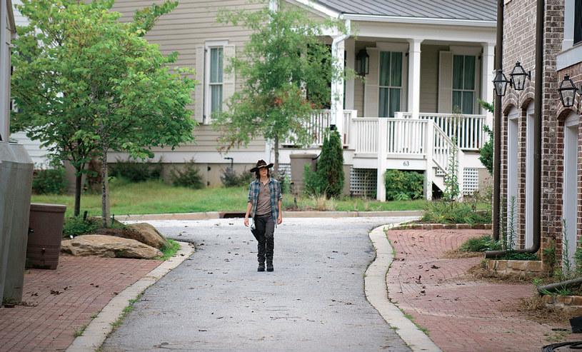 Jedna z alejek odchodzących od głównej drogi. Na wprost mamy dom Aarona (Ross Marquand) /Świat Seriali
