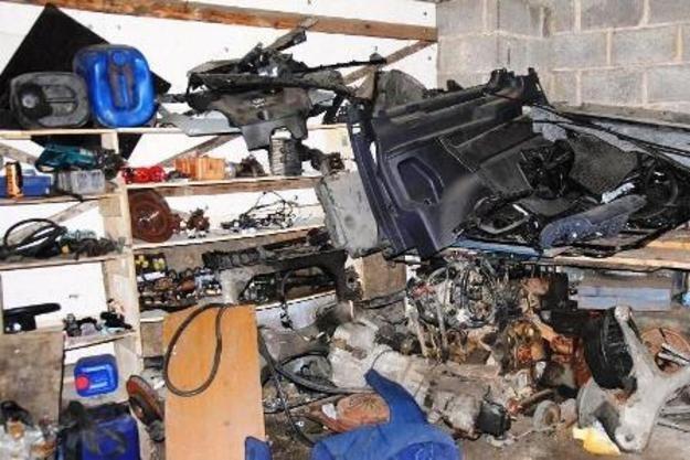 Jedna z dziupli z kradzionymi częściami /Policja