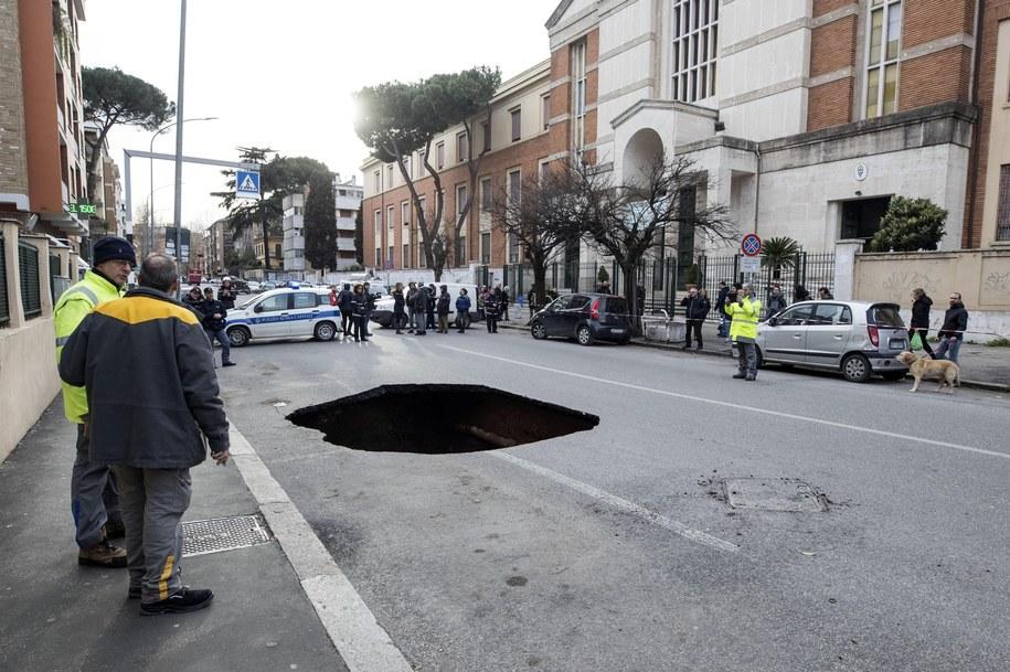 Jedna z dziur na rzymskiej ulicy /MASSIMO PERCOSSI /PAP/EPA