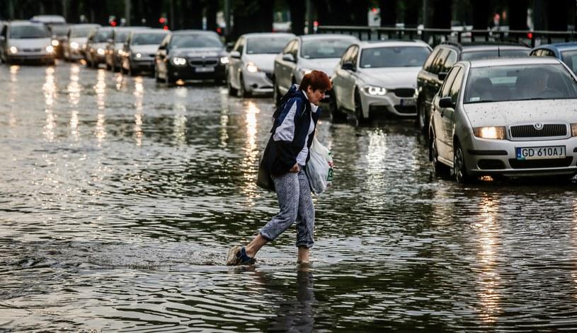 Jedna z gdańskich ulic po ulewnych opadach deszczu /Karolina Misztal /Reporter