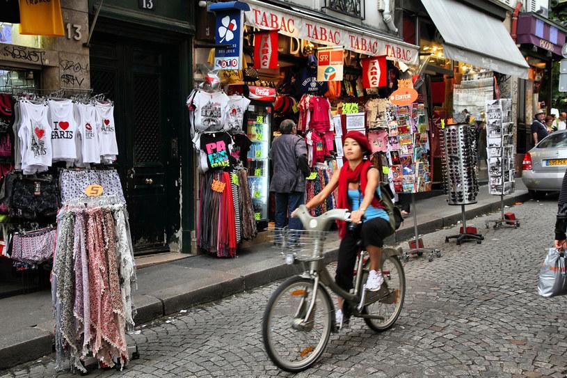 Jedna z głównych ulic handlowych w dzielnicy Montmartre /123RF/PICSEL