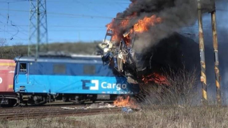 Jedna z lokomotyw zaczęła się palić, ale strażacy dosyć szybko ugasili pożar /Twitter