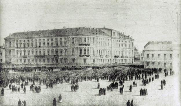 Jedna z manifestacji w Warszawie w drugiej połowie XIX wieku /reprodukcja Piotr Mecik /Agencja FORUM