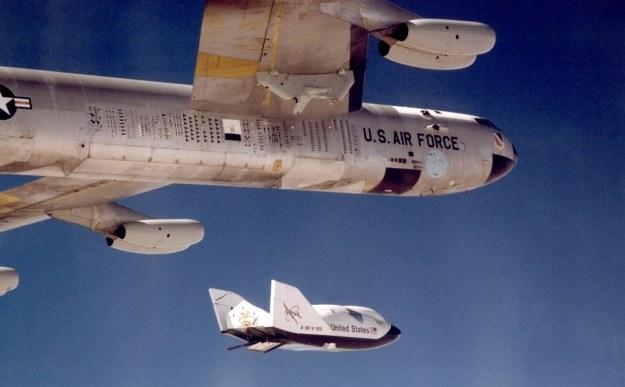 Jedna z maszyn pod skrzydlem B-52 /NASA