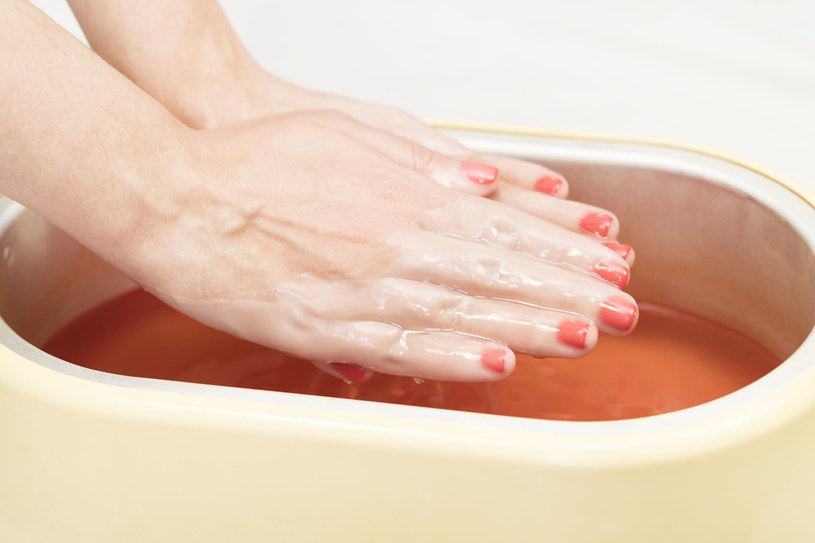 Jedną z najskuteczniejszych metod na przywrócenie dłoniom nieskazitelnego wyglądu jest zabieg parafinowy /123RF/PICSEL