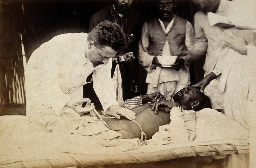 Jedna z ofiar dżumy w Karaczi w 1897 roku /CC BY 4.0 /domena publiczna