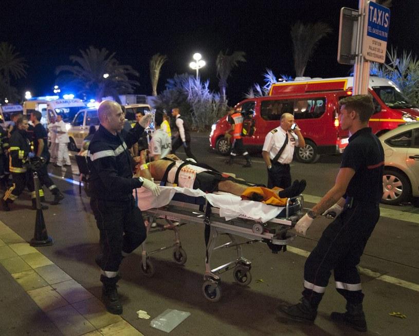 Jedna z osób poszkodowanych w Nicei /PAP/EPA
