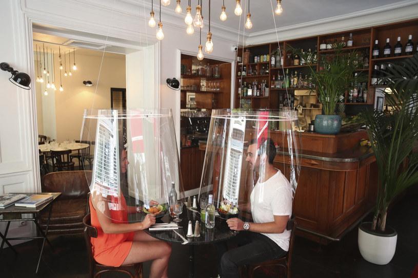https://i.iplsc.com/jedna-z-paryskich-restauracji-oferuje-swoim-klientom-plastik/000A5MWRITMMAISE-C122-F4.jpg
