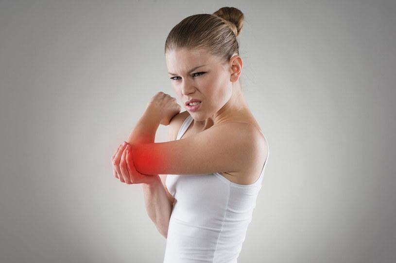 Jedną z przyczyn powstania stanu zapalnego bywa uraz, np. złamanie, skręcenie albo zwichnięcie stawu lub kości po upadku. Do stawu trafia wówczas odrobina chrząstki albo jej składników /123RF/PICSEL