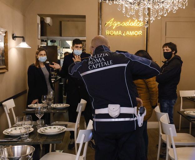 Jedna z restauracji w Rzymie, która wznowiła działalność mimo restrykcji /GIUSEPPE LAMI /PAP/EPA