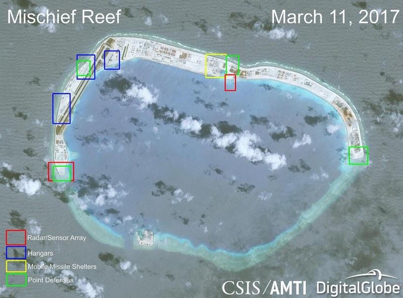 Jedna z rozbudowanych wysepek z nowymi chińskimi instalacjami wojskowymi. Fot. CSIS/AMTI, DigitalGlobe /materiały prasowe