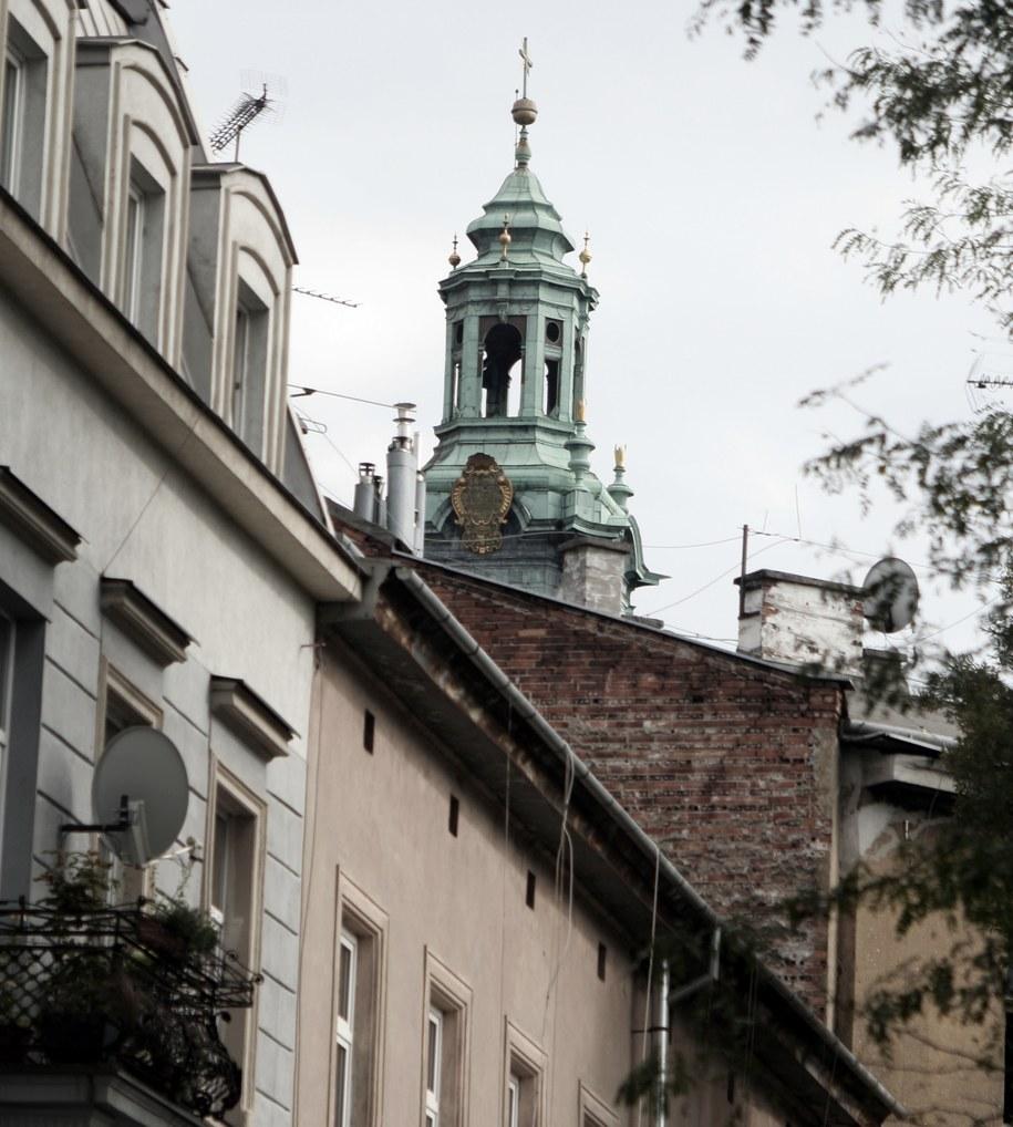 Jedna z wawelskich wież widoczna sprzed budynku liceum /Maciej Nycz /RMF FM