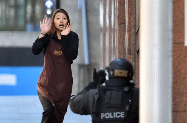 Jedna z zakładniczek w trakcie ucieczki fot. Saeed Khan /AFP