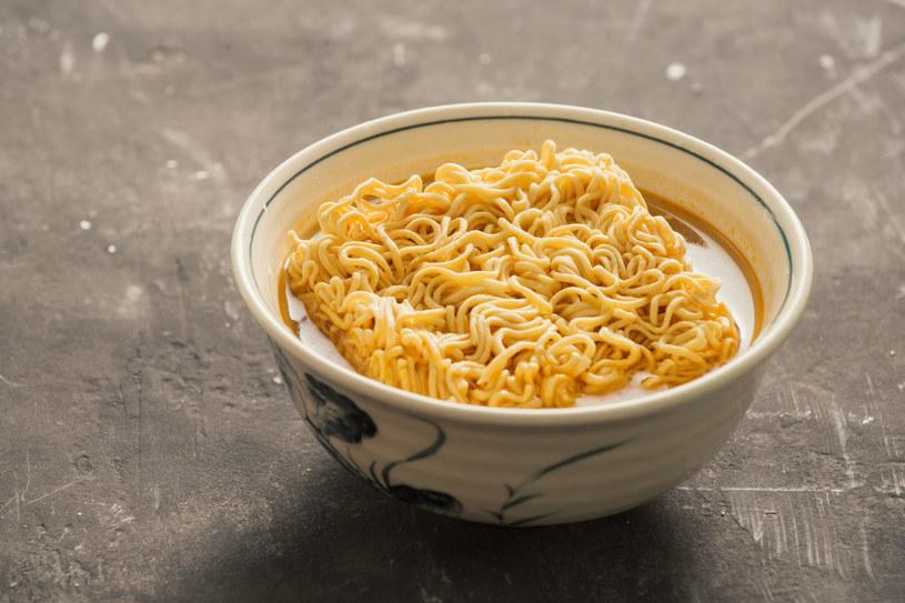 Jedna zupka może zawierać nawet 6 g soli, podczas gdy dopuszczalna dawka nie powinna przekraczać 5 g na dobę /123RF/PICSEL