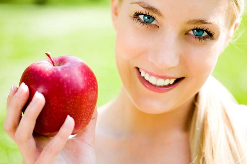 Jedno surowe jabłko przed posiłkiem potrafi zdziałać prawdziwe cuda /123RF/PICSEL