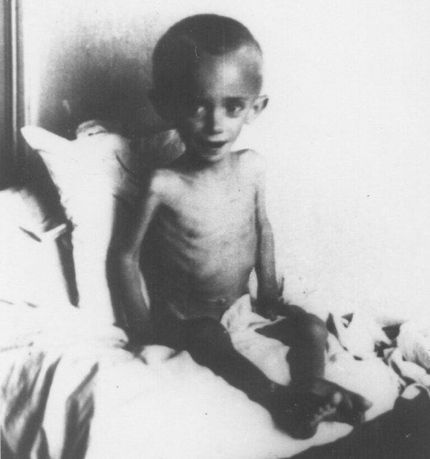Jedno z Dzieci Zamojszczyzny więzione w obozie przejściowym przy ulicy Krochmalnej w Lublinie /IPN