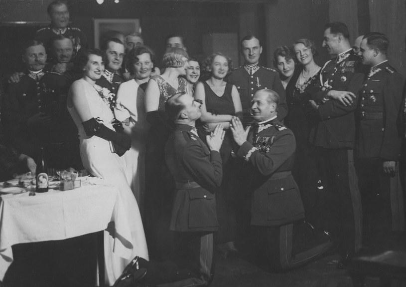 Jedno z najsłynniejszych zdjęć przedstawiających przedwojenne elity w trakcie zabawy. Klęczy gen. Bolesław Wieniawa-Długoszowski (z prawej) (domena publiczna) /Ciekawostki Historyczne