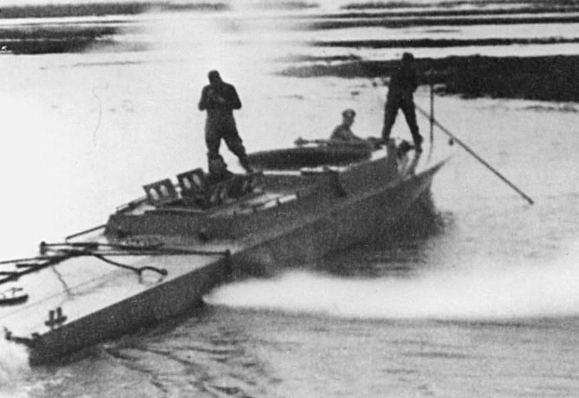 Jedno z nielicznych zachowanych zdjęć KU-30: kuter po wydobyciu przez Niemców /materiały prasowe