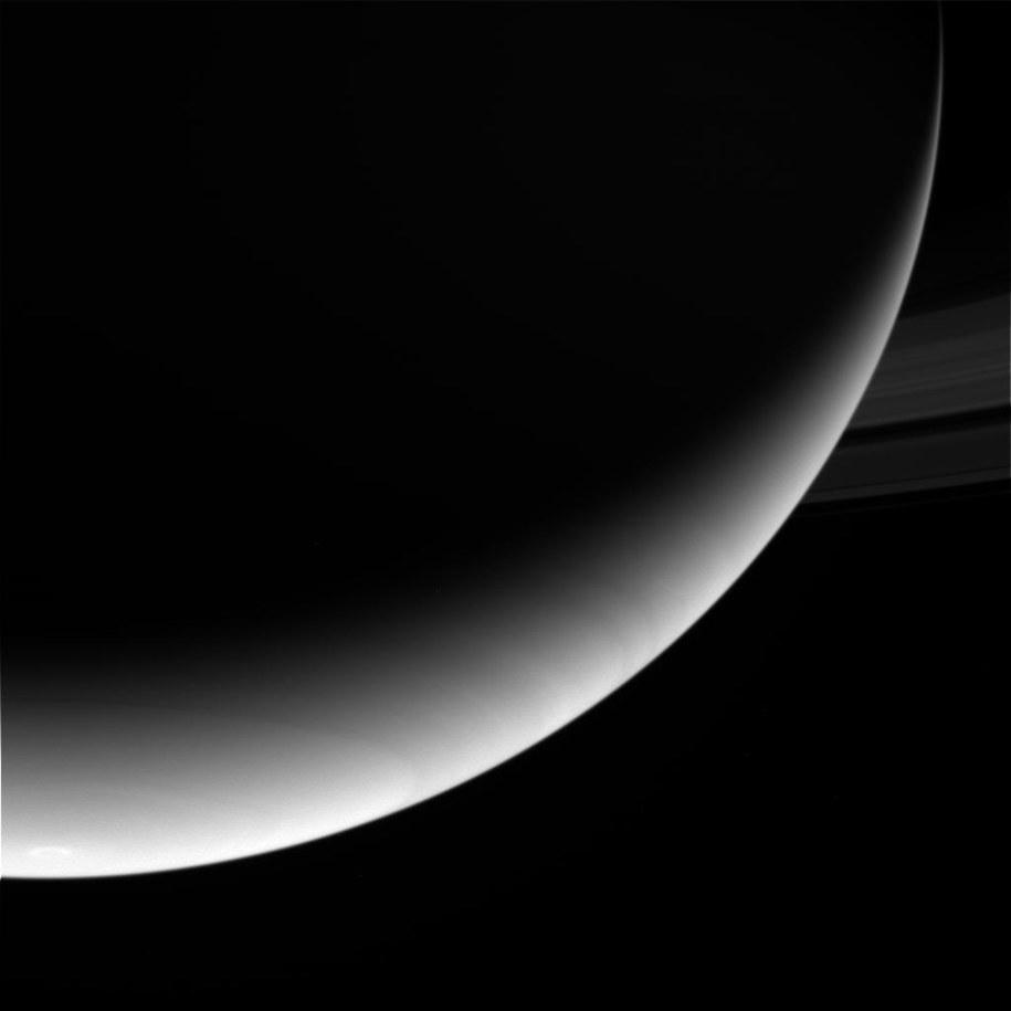 Jedno z ostatniej porcji przesłanych zdjęć Saturna /NASA /Materiały prasowe