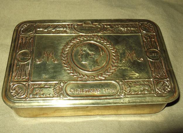 """Jedno z ponad dwóch i pół miliona pudełek na """"podarunek księżniczki Mary"""" z 1914 roku. Zwraca uwagę bogata ornamentyka /Odkrywca"""
