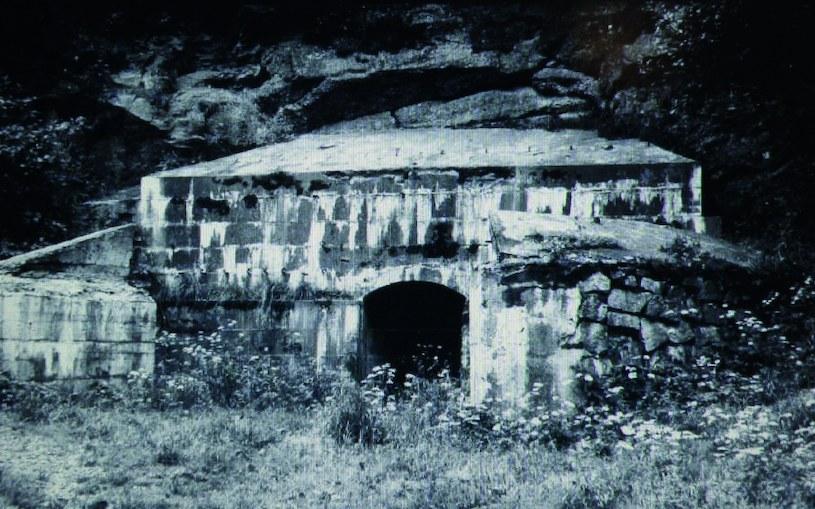 Jedno z wejść do podziemi w Kamiennej Górze (zdjęcie z 1972 roku) /Odkrywca