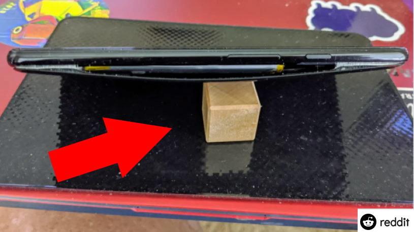 Jedno z zdjęć wadliwej baterii umieszczone na forum Reddit /materiał zewnętrzny