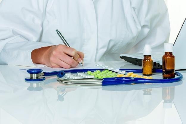 Jedno zaświadczenie lekarskie dla dwóch płatników świadczeń /©123RF/PICSEL