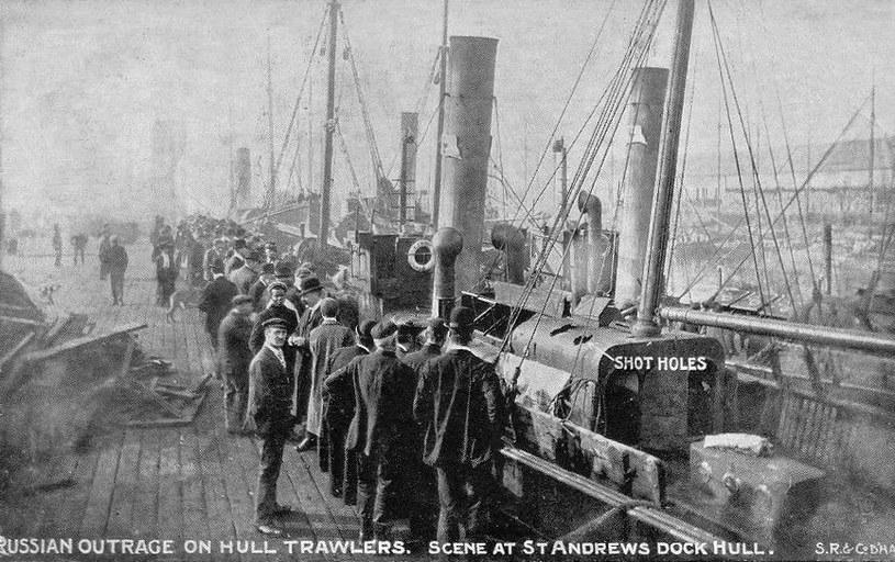 Jedno ze zdjęć prasowych, które pokazuje uszkodzenia trawlerów /domena publiczna