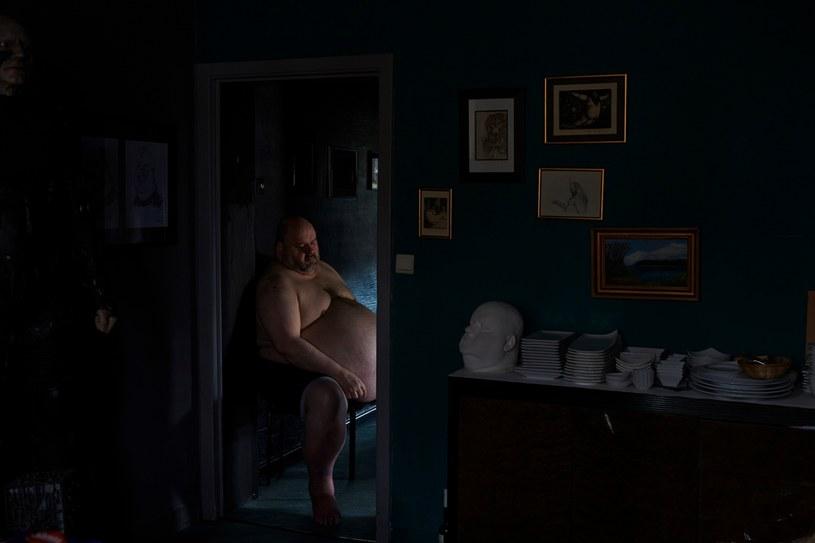 """Jedno ze zdjęć z serii """"The Dark Heart of Europe"""" Giovanniego Troilo. Fotograf napisał, że przedstawia ono mężczyznę """"mieszkającego w jednej  z najniebezpieczniejszych dzielnic miasta"""". Tymczasem to powszechnie znany obywatel Charleroi prowadzący winiarnię, fot. http://www.theguardian.com /&nbsp"""