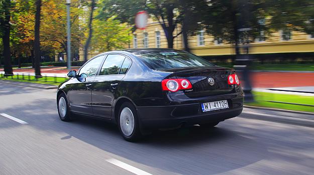 Jednolicie czarny Passat bez chromowanych wykończeń z zewnątrz nie rzuca się w oczy – i o to chodziło nabywcy. /Motor