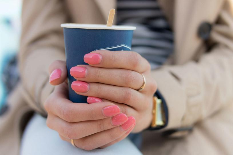 Jednolite kolory na paznokciach odchodzą do lamusa. W 2021 stawiamy na wzorki /123RF/PICSEL