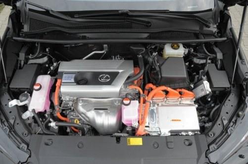 Jednostka benzynowa rozwija 155 KM. Pod maską znalazły się jeszcze dwa silniki elektryczne. /Motor