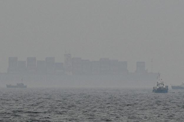 Jednostki armatorów rybołówstwa blokują drogę wodną do toru podejściowego do portu w Gdyni i Gdańsku / Adam Warżawa    /PAP