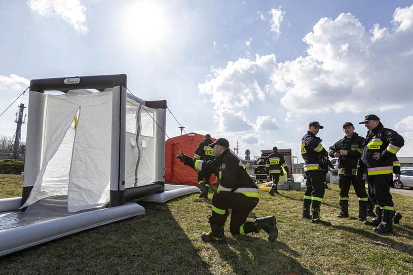 Jednostki Państwowej Straży Pożarnej podczas ćwiczeń z rozstawiania namiotów służących do wsparcia procesu segregacji osób zgłaszających się do szpitali z podejrzeniem koronawirusa, zdjęcie ilustracyjne /Aleksander Koźmiński /PAP