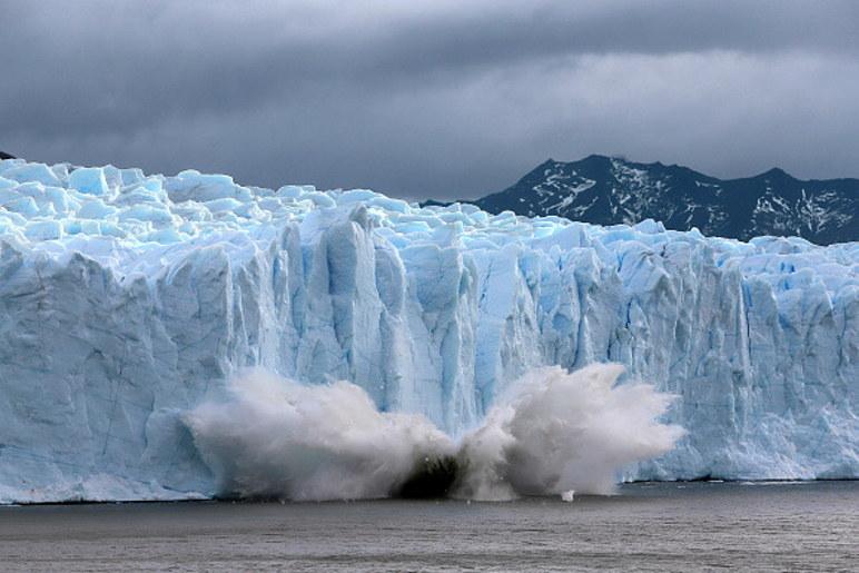 Jednym z efektów zmian klimatycznych są topniejące lodowce, zdjęcie ilustracyjne / David Silverman / Contributor /Getty Images