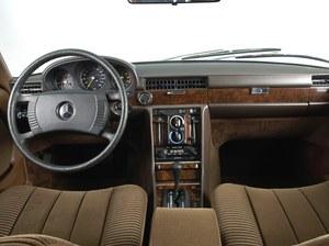 Jednym z elementów poprawiających pasywne bezpieczeństwo była czteroramienna kierownica z miękkim wieńcem. //Mercedes
